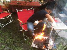 キャンプ 長男が火の番を