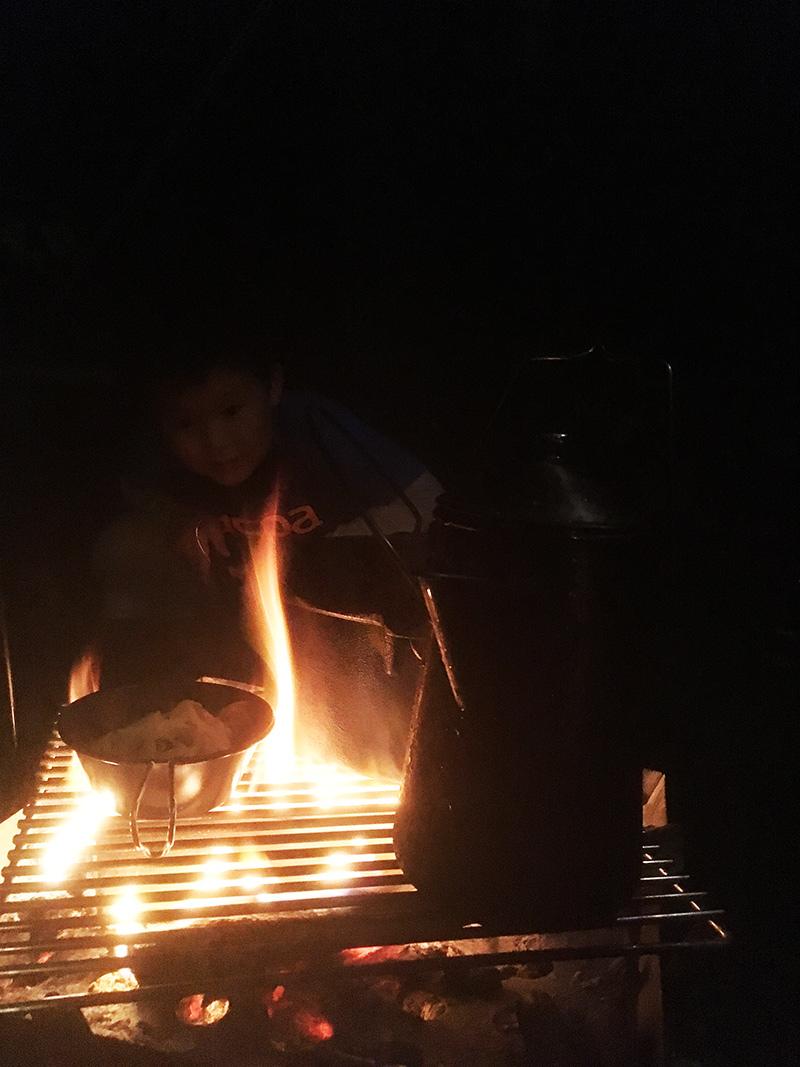 焚火の番 焚き火しながらマシュマロ
