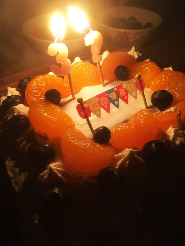 誕生日ケーキ 夜 ろうそく