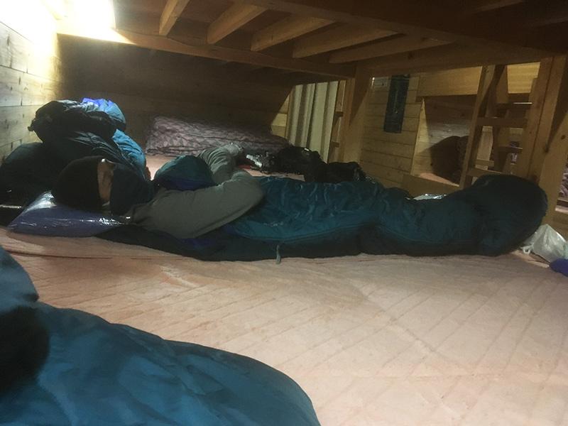 山小屋での寝床