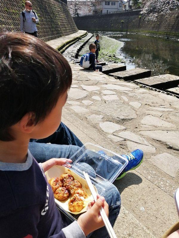 大岡川桜まつり 川辺りでたこ焼きランチ